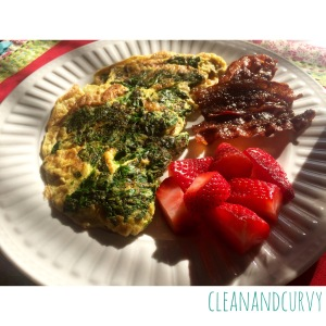 Spinach omelet with bacon and berries